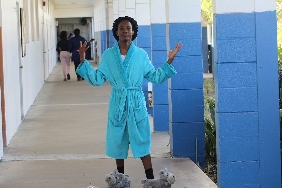 DAY+OF+THE+PAJAMAS%3A+Mark+Filsaime+wore+his+bath+robe%2C+dog+slippers+and+shower+cap+to+kick+of+Spirit+Week.+%E2%80%9CPeople+who+dressed+up+for+Pajama+Day+have+nothing+on+me%2C%E2%80%9D+Mark+said.