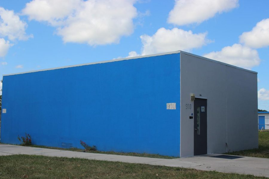 BLUE+IT+IS%3A+Classroom+910+is+one+of+the+campus+buildings+that+have+been+repainted+in+the+Canes%27+colors.+