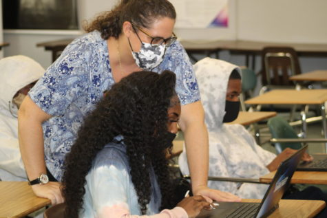 DEMO: The PubTeam got pointers on the Yearbook back end from Walsworth representative Mrs. Levine on Oct. 14.